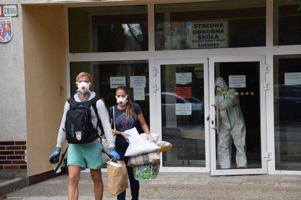 Eva a Lukáš z okresu Trebišov opúšťajú karanténne centrum v Lučenci.