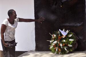 Žena oplakáva svojich blízkych počas spoločnej pietnej spomienky na zosnulých, ktorá prebiehala v krematóriu v Monrovii. (11. marec 2015)