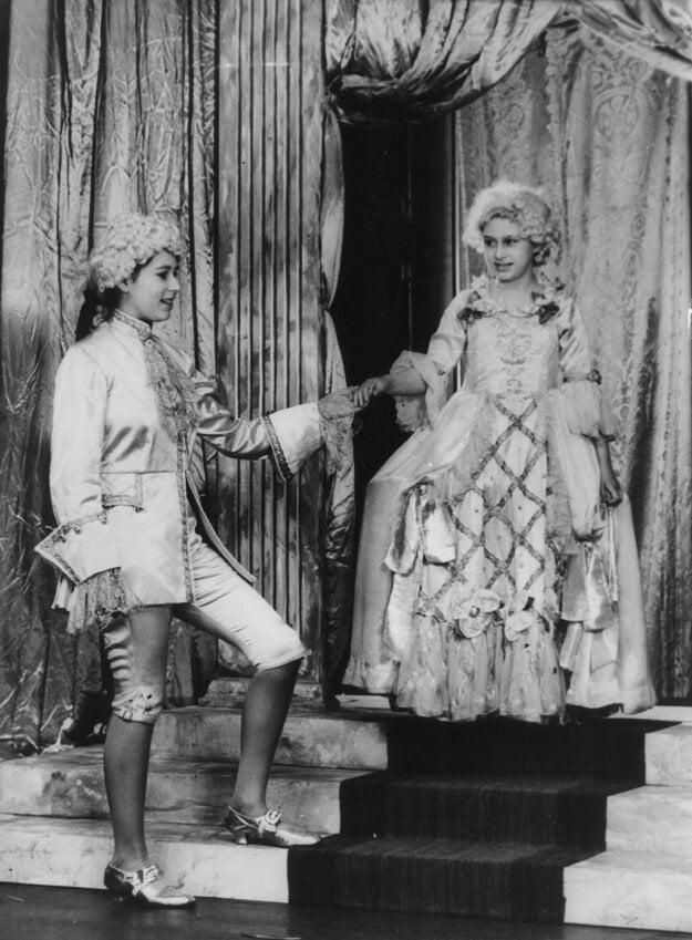Na snímke z roku 1942 princezná Alžbeta (vľavo) ako princ Florizel a jej sestra, princezná Margaret ako Cinderella v pantomíme v Londýne.