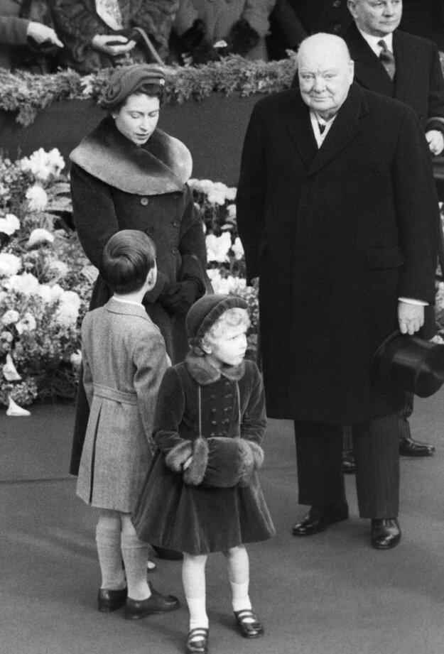 Na snímke z 24. novembra 1954 v Londýne britská kráľovná Alžbeta II. a premiér Spojeného kráľovstva Sir Winston Churchill čakajú na návrat Alžbety, kráľovnej matky z Ameriky.