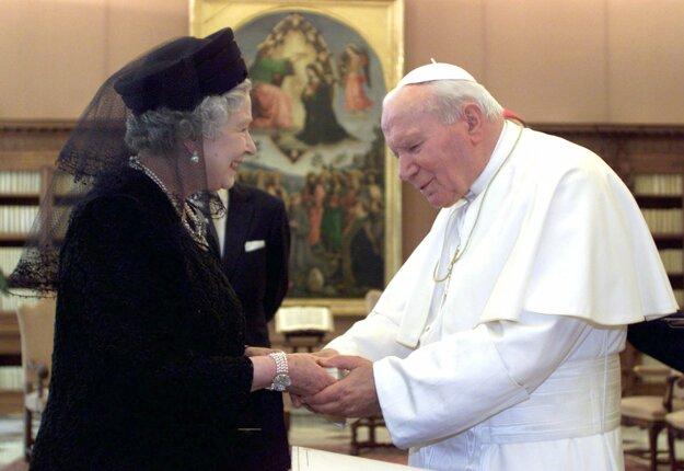 Na snímke z 17. októbra 2000 britská kráľovná Alžbeta II. a pápež Ján Pavol II. počas stretnutia vo Vatikáne.