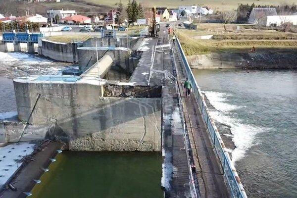 Obnova mosta v Strážskom napreduje.