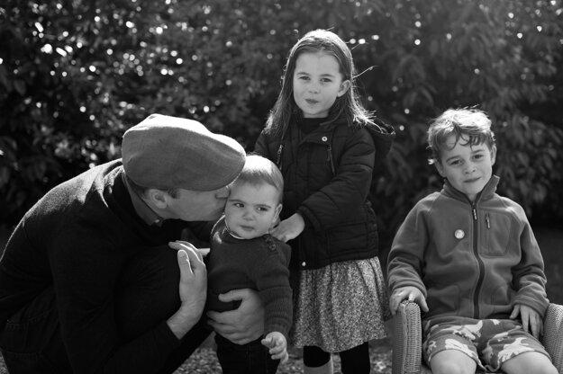 Na snímke, ktorú Kensingtonský palác vydal 25. decembra 2019, britský princ William a jeho tri deti princ Louis, princezná Charlotte a princ George pózujú vo vidieckom sídle v anglickom grófstve Norfolk.