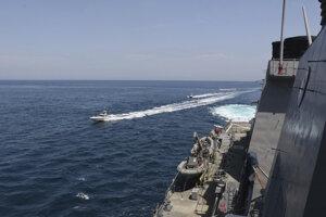 Na fotografii poskytnutej americkým námorníctvom z 15. apríla 2020 sú plavidlá Iránskych revolučných gárd blízko amerických vojenských lodí v Perzskom zálive.
