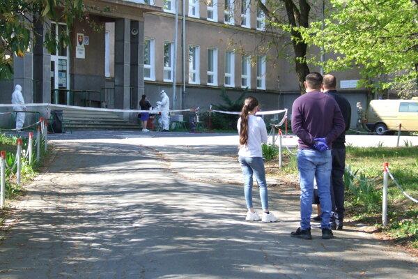 Ľudí testovali na dvore ZŠ Krčméryho.