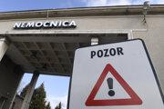 Pohľad na vstup do nemocnice v Bojniciach.