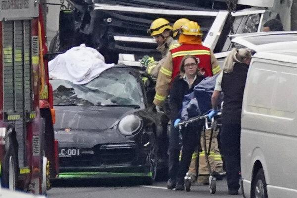 Vodič porsche, ktorý pred policajtmi unikal, mal po nehode pozitívny test na zakázané látky.