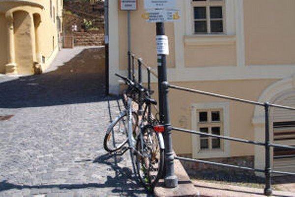 Červená studňa je z centra mesta vzdialená asi dva kilometre. Dá sa k nej dostať pešo aj na bicykli.