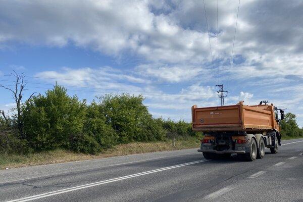 Na uzavretej ceste zisťovali, ako sa správa auto plne naložené štrkom, keď schádza zo svahu.
