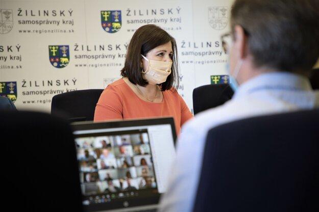 Predsedníčka Žilinského samosprávneho kraja Erika Jurinová počas rokovania zastupiteľstva o fiančných dopadoch pandémie a odklade splátok úveru prostredníctvom videokonferencie, kvôli mimoriadnym opatreniam v súvislosti s koronavírusom.