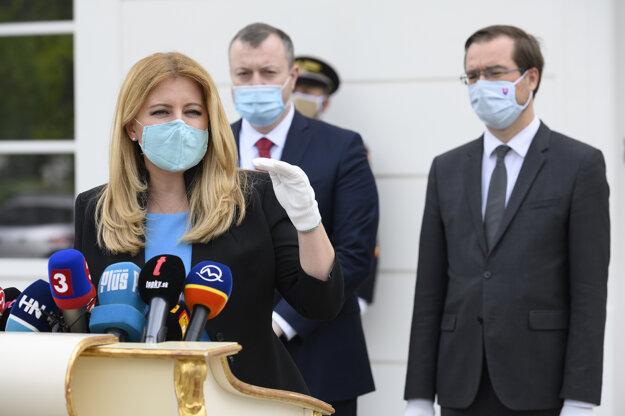 Prezidentka Zuzana Čaputová,  minister zdravotníctva Marek Krajčí a minister práce, sociálnych vecí a rodiny Milan Krajniak počas tlačovej konferencie po prijatí v Prezidentskom paláci.