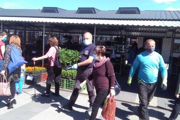 Martinská tržnica – na dračku išli kvety apriesady.