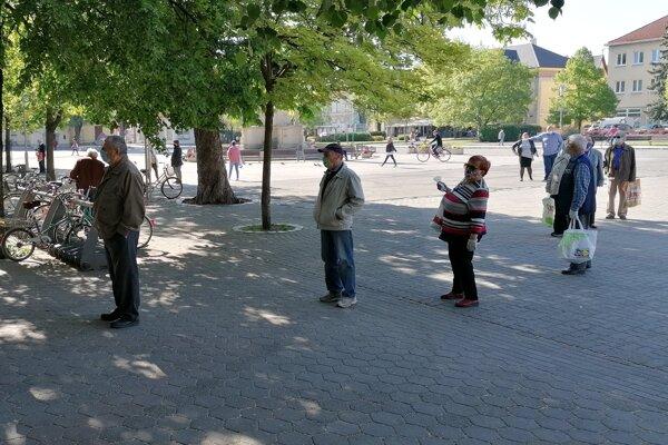 Dôchodcovia ešte minulý piatok dopoludnia čakali vrade aj pred supermarketom na novozámockom Hlavnom námestí.