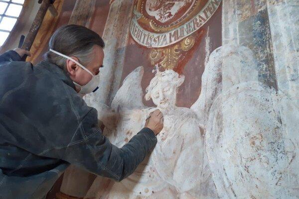 Na freskách pracuje reštaurátor Ján Hromada.
