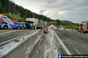 Vodič sa plne nevenoval riadeniu vozidla a narazil do zvodidiel.