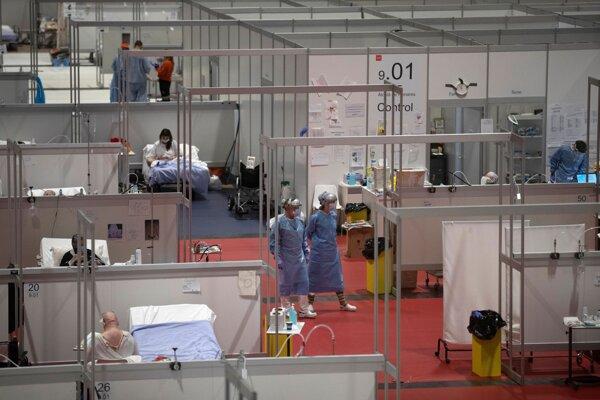 Lekári sa prechádzajú po poľnej nemocnici v Madride.
