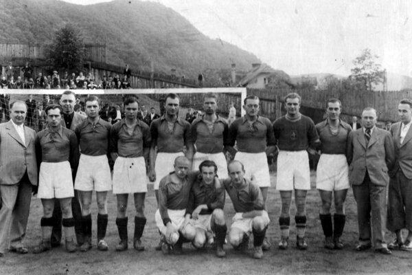 """Po divíznej nedohranej sezóne 1938/39 sa ZTK Zvolen etabloval v najvyššej slovenskej súťaži. V ligovom ročníku 1939 – 1940 vybojoval 7. miesto s touto ekipou - stoja zľava jednateľ Mikuláš Demoč, Urban, činovník klubu K. Sitkey, Lauko, Štric, Ruffíni, Mižúr, Hirschner, Gajdošík, Bešina, predseda klubu Vojtech Kozaček, tréner Vojtech """"Gaštan"""" Halmi, dolu Ján Pivarči, Křivan, Ohrival. Z tohto kádra sa do slovenskej reprezentácie prebojovali Ján Pivarči (1940) a Július Bešina (1941, 1942)."""