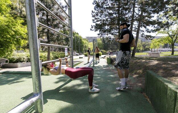 Tréner s klientkou počas cvičenia na otvorenom športovisku v parku na Námestí slobody v Bratislave.