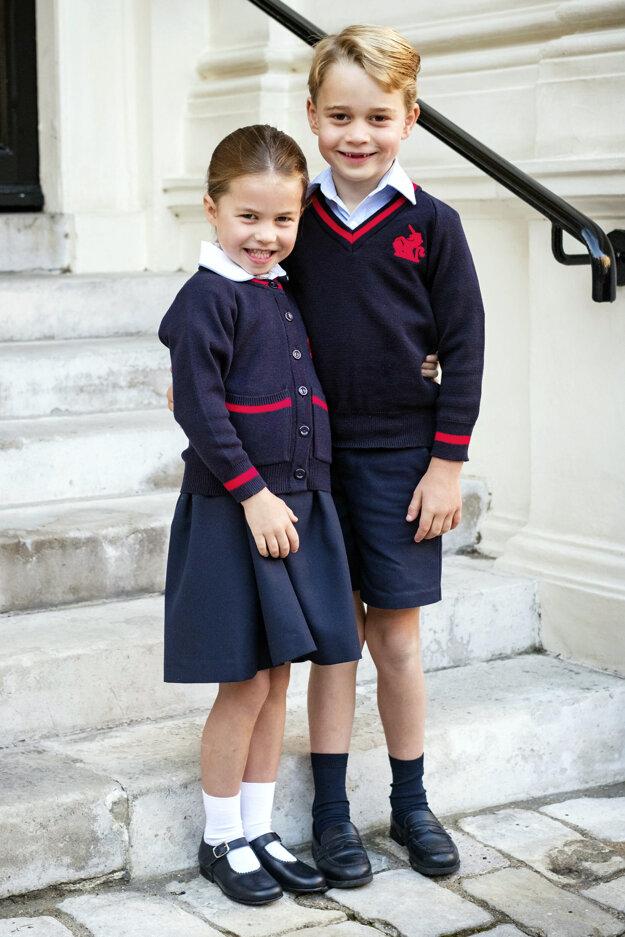 Britský princ George a jeho sestra britská princezná Charlotte v školskej uniforme, 5. september 2019.