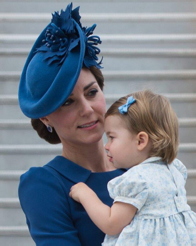 Kate, vojvodkyňa z Cambridgea, drží na rukách svoju dcéru Charlotte po prílete na letisko v kanadskej Victorii 24. septembra 2016.