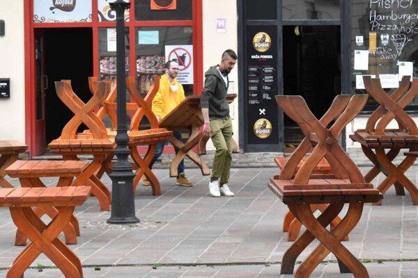 Mesto po novom drevené sedenie nedovoľuje, prevádzky ho však v stredu vykladali.
