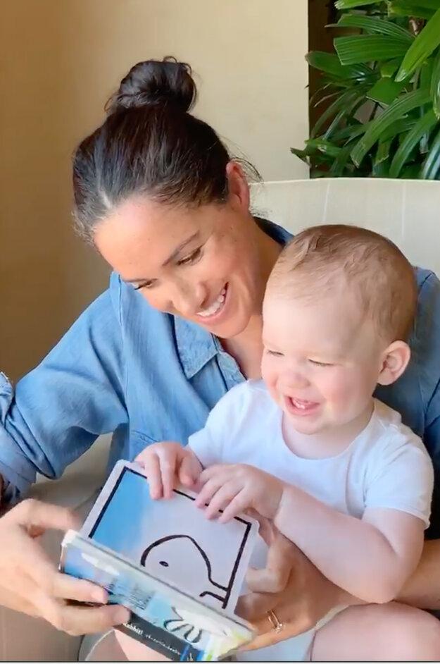 Na sociálnej sieti charitatívnej organizácie @SaveChildrenUK dnes zverejnili video, ako Meghan číta Archiemu z knižky Kačka! Zajac!. Video točil otec Harry.
