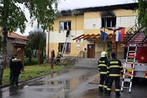 Na miesto dorazila viac ako desiatka hasičov.