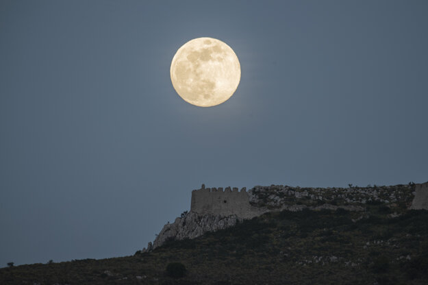 Supermesiac nad gréckym mestom Korint.