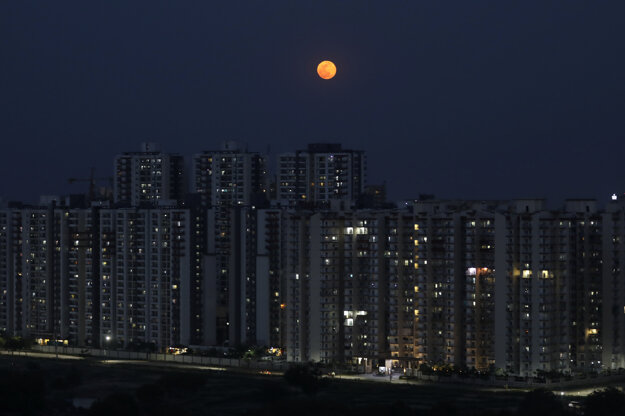 Supermesiac nad indickým mestom Naí Dillí.