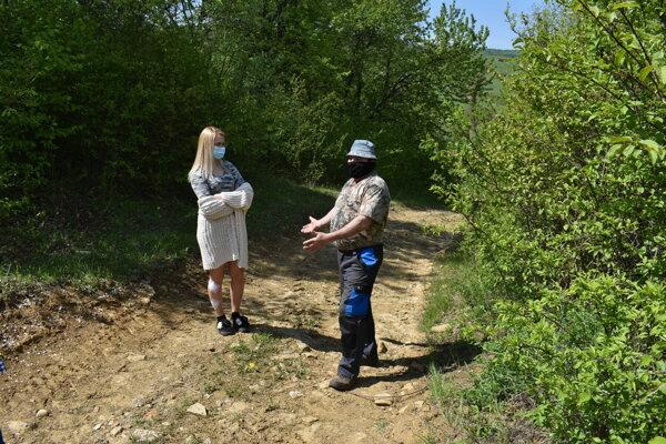 Kristína Karabinčíková s otcom na mieste, kde ju s priateľkou napadol srnec.