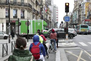 Ľudia na bicykloch v uliciach Paríža. Krajina postupne uvoľňuje opatrenia v boji s koronavírusom.