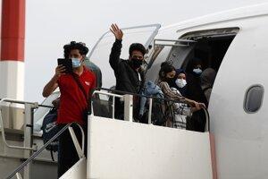 Odlet migrantov z Atén do Londýna.