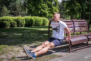 Na cvičenie tricepsu môžete použiť posteľ, stoličku, lavičku - čokoľvek, čo máte po ruke.