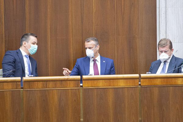 Opoziční poslanci Peter Žiga (vpravo), Richard Raši (uprostred) a Erik Tomáš (všetci SMER-SD).