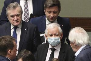 Šéf vládnucej strany Právo a spravodlivosť (PiS) Jaroslaw Kaczynski (uprostred).
