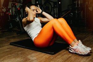 Vyberáte si tréningy s vysokou intenzitou. Najmä vtedy, keď s cvičením len začínate, voľte jednoduchšie zostavy s nižšou náročnosťou a intenzitou. Či už je vaším cieľom redukcia hmotnosti, spevnenie tela alebo riešenie zdravotných problémov, nezvládnuteľný tréning vás môže demotivovať hneď na začiatku.