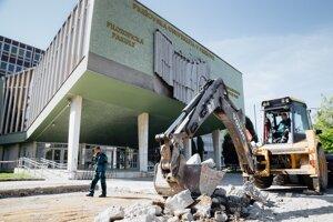 Začala sa obnova priestranstva pred Prešovskou univerzitou.