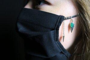 Multifunkčný šperk - ako ozdoba rúška aj prívesok.