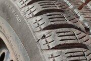 Okrem dezénu treba kontrolovať aj vek pneumatiky.