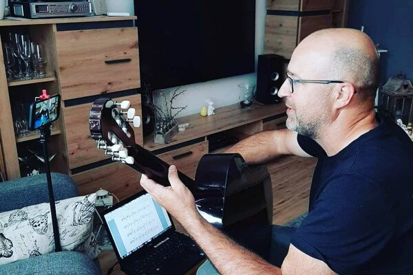 Marián Vojtko z kremnickej ZUŠ, na ktorej vyučuje gitaru.