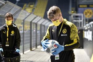 Dezinekcia lopty pred zápasom Borussie a Schalke.