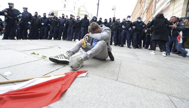 Polícia použila proti demonštrantom aj slzotvorný plyn. Vo Varšave protestovali proti reštrikciám zavedeným v boji proti šíreniu koronavírusu SARS-CoV-2 a požadovali rýchlejšie otváranie podnikov.