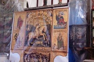 Dočasný oltár v lodi kostola.