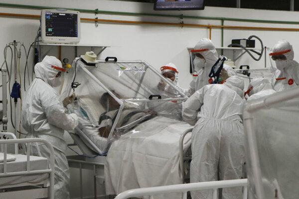 Pacient s ochorením COVID-19 v starostlivosti brazílskych lekárov.