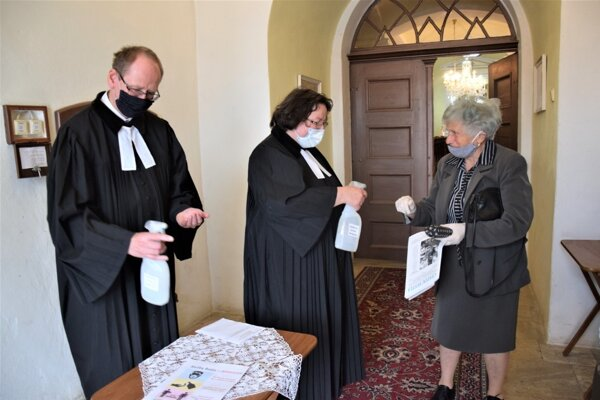 Dezinfekcia rúk sa vykonáva pri príchode do kostola aj pri odchode. Ilustračné foto.