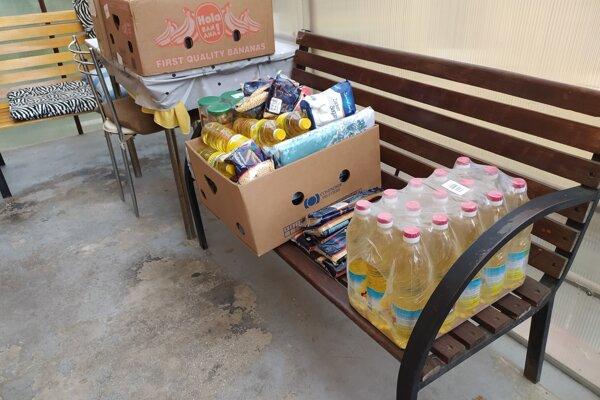 Charita darovala potraviny a elektroniku.