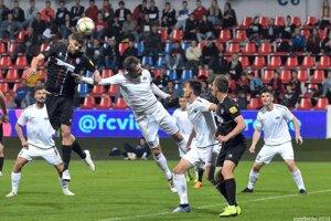 Nitra (v bielych dresoch) neporazila rivalov zo Zlatých Moraviec už v štyroch zápasoch v rade.