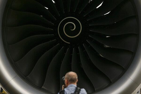Návštevník si fotografuje motor Rolls Royce lietadla Airbus A350-1000 na statickej ukážke počas leteckej výstavy v Singapure vo februári 2018.