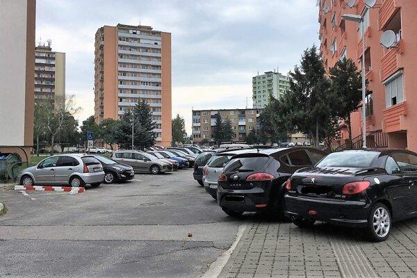 ⋌Medzi najpreferovanejšie lokality patrí vTopoľčanoch sídlisko Juh. Dôvodom je aj jeho vybavenosť nákupnými centrami.