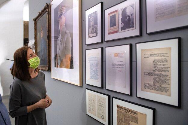 Ministerka kultúry Natália Milanová počas prehliadky výstavy o Milanovi Rastislavovi Štefánikovi v priestoroch Bratislavského hradu 21. mája 2020.